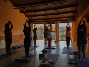 Clase de yoga en el primer retiro.